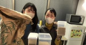 """""""お米手当""""の配給準備をするハカルス社員"""